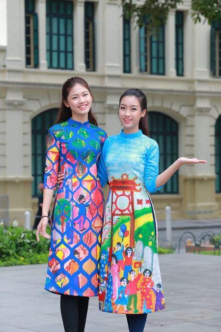 Dan Hoa hau, A hau nhay flashmob tung bung truoc Ho Guom - Anh 11