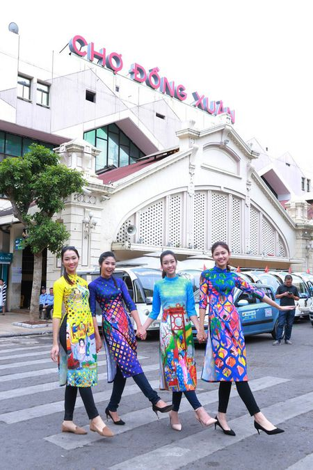 Dan Hoa hau, A hau nhay flashmob tung bung truoc Ho Guom - Anh 17