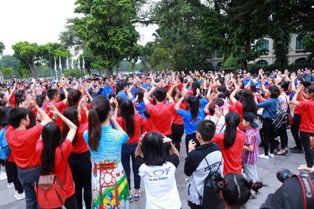 Dan Hoa hau, A hau nhay flashmob tung bung truoc Ho Guom - Anh 18