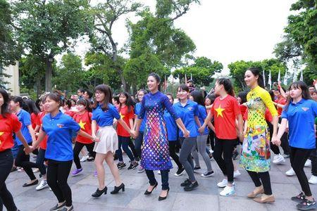 Dan Hoa hau, A hau nhay flashmob tung bung truoc Ho Guom - Anh 2