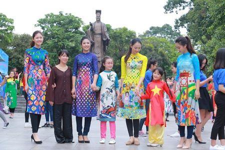 Dan Hoa hau, A hau nhay flashmob tung bung truoc Ho Guom - Anh 3