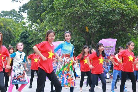 Dan Hoa hau, A hau nhay flashmob tung bung truoc Ho Guom - Anh 4