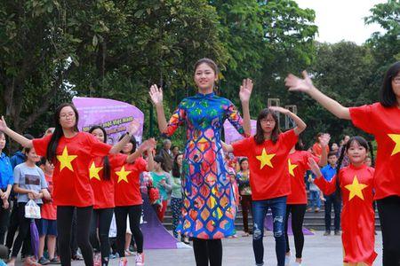 Dan Hoa hau, A hau nhay flashmob tung bung truoc Ho Guom - Anh 5