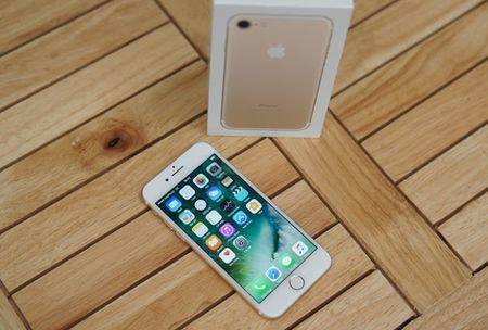 Sharp xac nhan cac mau iPhone trong tuong lai se su dung cong nghe man hinh OLED - Anh 2