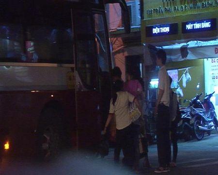 Xe khach Thanh Buoi van bat khach tren duong cam - Anh 1