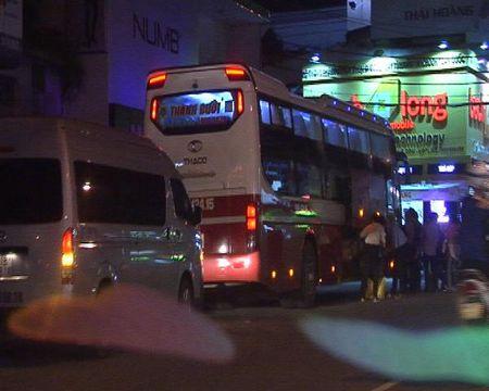 Xe khach Thanh Buoi van bat khach tren duong cam - Anh 3