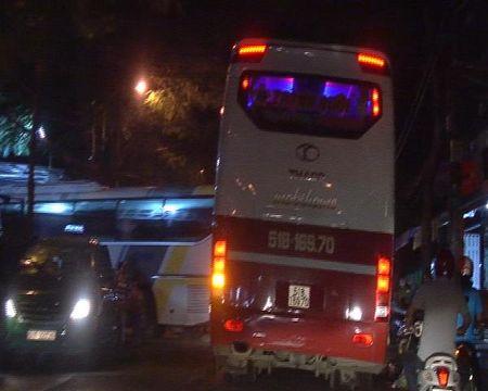 Xe khach Thanh Buoi van bat khach tren duong cam - Anh 6