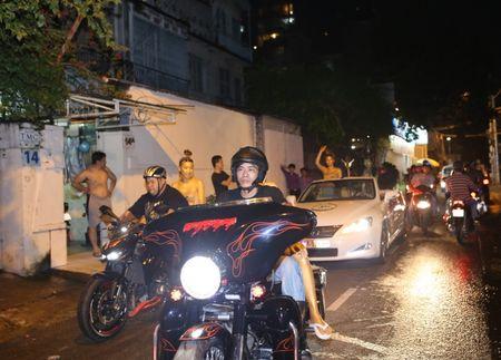 Sai Gon nao loan voi dan sieu xe di… tang voucher lam dep - Anh 3
