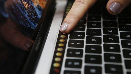 Vi sao Apple va Microsoft chi dung phan cung cu cho may tinh moi? - Anh 1