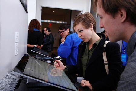 Vi sao Apple va Microsoft chi dung phan cung cu cho may tinh moi? - Anh 2