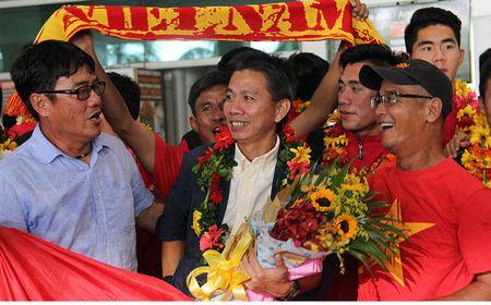 U-19 Viet Nam ve nuoc trong niem han hoan - Anh 2