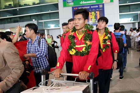 U-19 Viet Nam ve nuoc trong niem han hoan - Anh 6