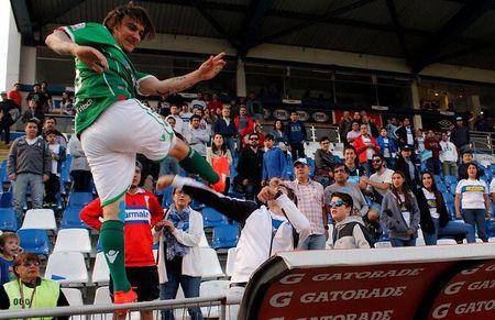 Tien dao doi mat an 2 nam tu vi danh fan nhu Cantona - Anh 1