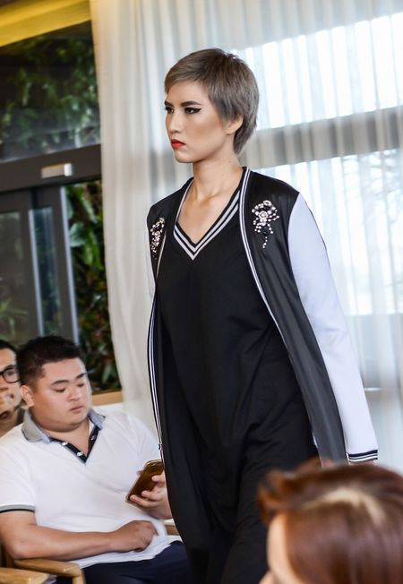 Mai Ngo, Lilly Nguyen mac kin che chan tho tren san dien - Anh 4