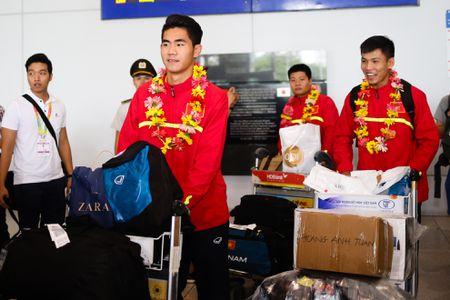 U19 Viet Nam duoc chao don nong nhiet duoi mua tam ta - Anh 5