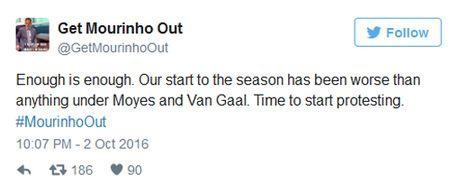 Co dong vien MU keu goi sa thai Mourinho - Anh 2