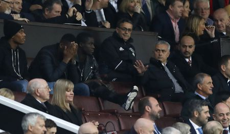Mourinho ngan cam hoc tro chup anh - Anh 3