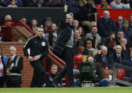 Mourinho ngan cam hoc tro chup anh - Anh 7