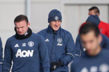 Mourinho bat ngo goi lai Schweinsteiger sau 4 thang bo roi - Anh 1