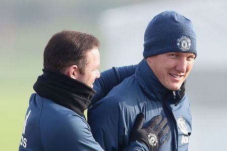 Mourinho bat ngo goi lai Schweinsteiger sau 4 thang bo roi - Anh 2