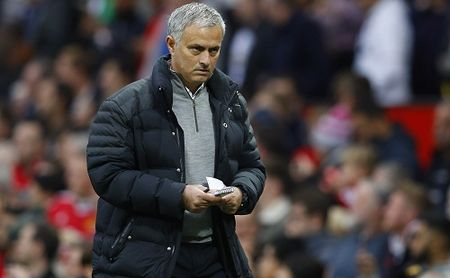 CDV Man Utd tinh thue may bay giang bieu ngu doi Mourinho ra di - Anh 1