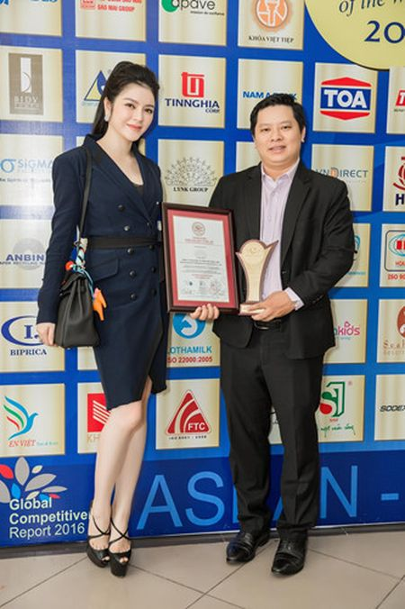 Ly Nha Ky dien vest den sang trong nhan giai Qmix 100 Top Brands - Anh 7
