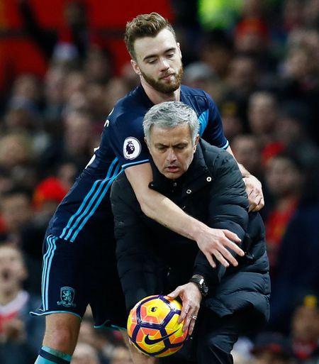 Mourinho dung ngoi khong yen, 'cau gio' lo lieu vi 3 diem - Anh 1