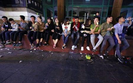 Chen lan hon loan, xe cap cuu mac ket trong dam dong don giao thua - Anh 7