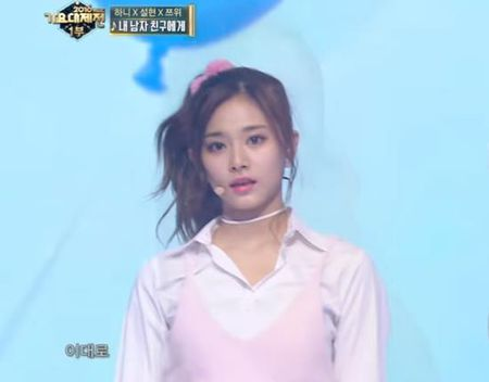 Tzuyu nhan nhieu loi khen nhan sac khi bieu dien cung Hani, Seol Hyun - Anh 2