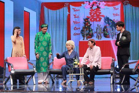 Cat Phuong vac con tran to vat va choang len vai khach moi - Anh 7