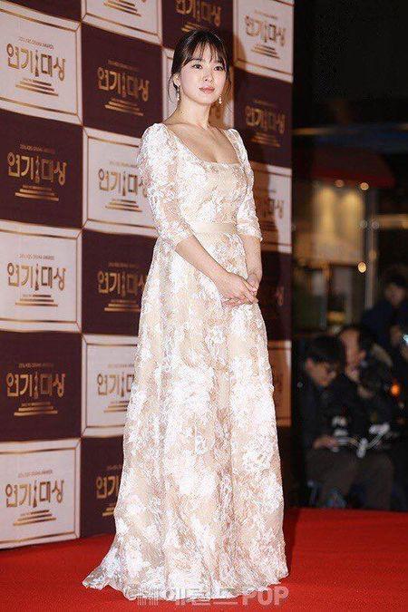 Song Hye Kyo dep tua nu than, Song Joong Ki banh bao tren tham do KBS 2016 - Anh 7