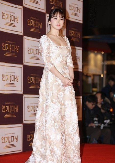 Song Hye Kyo long lay toa sang tren tham do - Anh 10