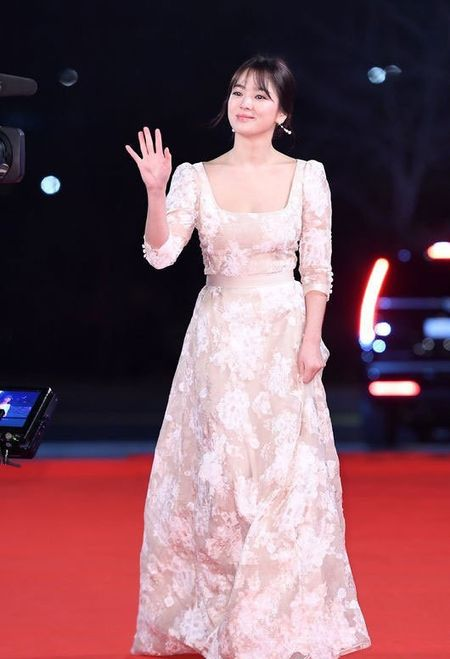 Song Hye Kyo long lay toa sang tren tham do - Anh 2