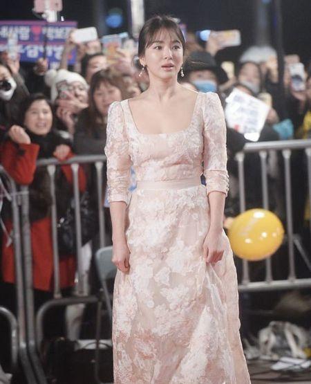 Song Hye Kyo long lay toa sang tren tham do - Anh 7