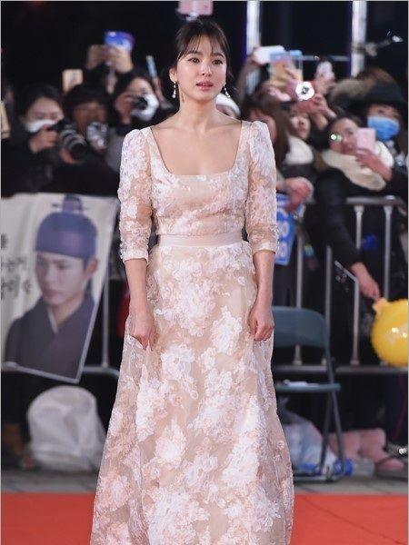 Song Hye Kyo long lay toa sang tren tham do - Anh 8
