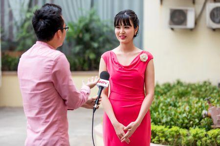 Hoa hau Thu Thuy dep rang ro khi lam MC thoi su - Anh 4