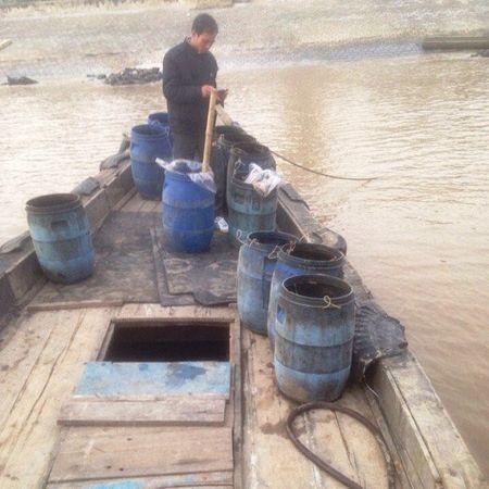 Thanh Hoa: Bat qua tang 2 doi tuong do trom chat thai xuong bien - Anh 1