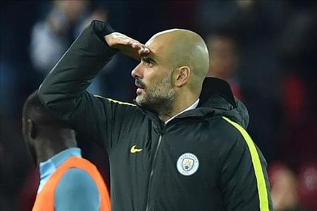 Thua Liverpool, Guardiola vut bo luon cuoc dua vo dich - Anh 1