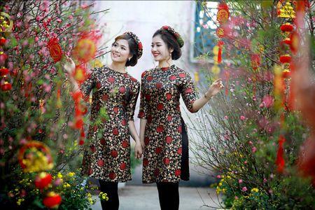Thieu nu khoe sac ben hoa Tet - Anh 8
