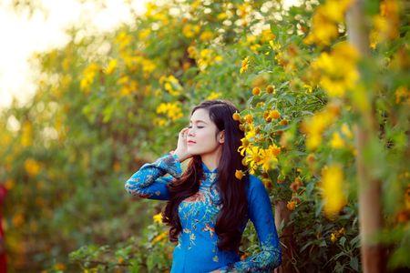 Thieu nu khoe sac ben hoa Tet - Anh 9