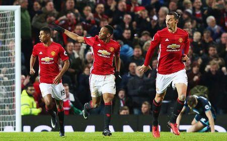 Du am MU: Martial hoi sinh, Mourinho nho lam Carrick - Anh 1