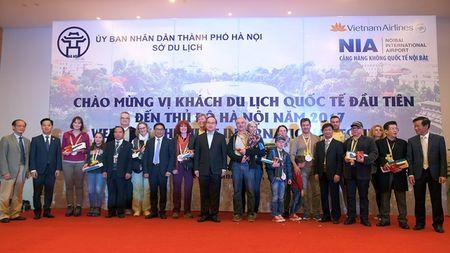 Noi Bai chao don vi khach quoc te dau tien cua nam 2017 - Anh 2