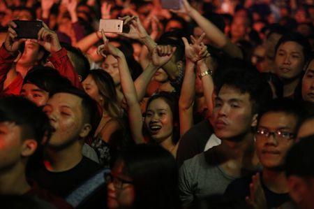 Gioi tre TP.HCM tung bung tai dem nhac DJ chao don nam moi - Anh 4