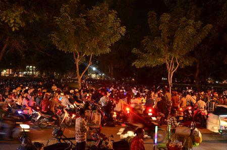 Hang nghin nguoi do ve pho di bo Nguyen Hue chao don nam moi 2017 - Anh 8