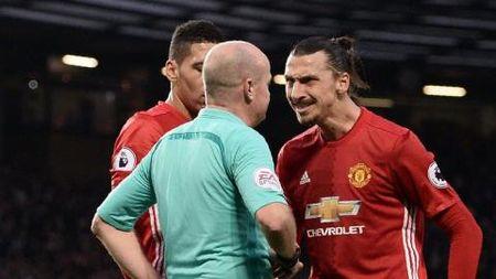 Jose Mourinho: 'Man United duoc huong penalty qua it. Ibra da bi ngan can de bat kip Messi' - Anh 1