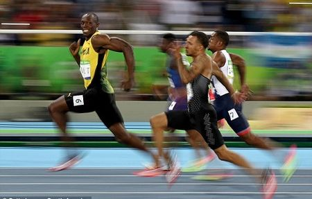 'Fan cuong' Usain Bolt BAT NGO goi dien cho Man United sau chien thang 'Fergie Time' - Anh 4
