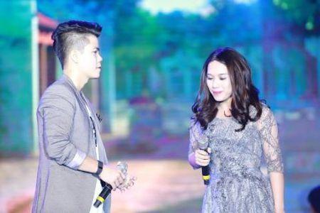 Khoang khac Hoang Thuy Linh khoe 'eo thon' dem giao thua Tet Duong lich - Anh 5