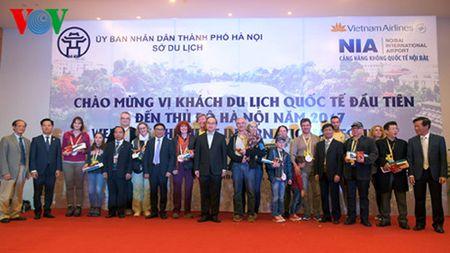 Ha Noi don nhung vi khach du lich quoc te dau tien trong nam 2017 - Anh 1