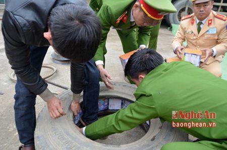 Nghe An: Bat giu vu van chuyen gan 5 ta phao cac loai - Anh 2