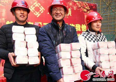 Khoanh khac dan Trung Quoc ho hoi nhan tien thuong Tet - Anh 2